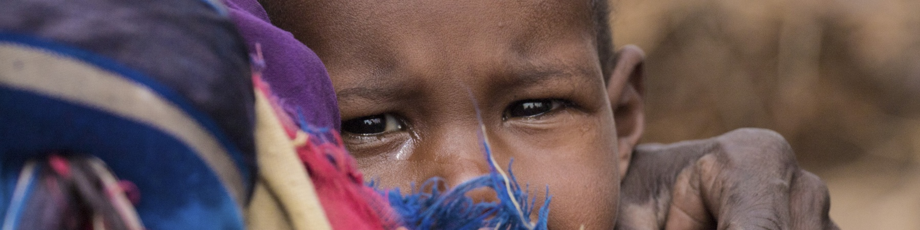 Ayan, Etiopia, tiene in braccio uno dei suoi sei figli