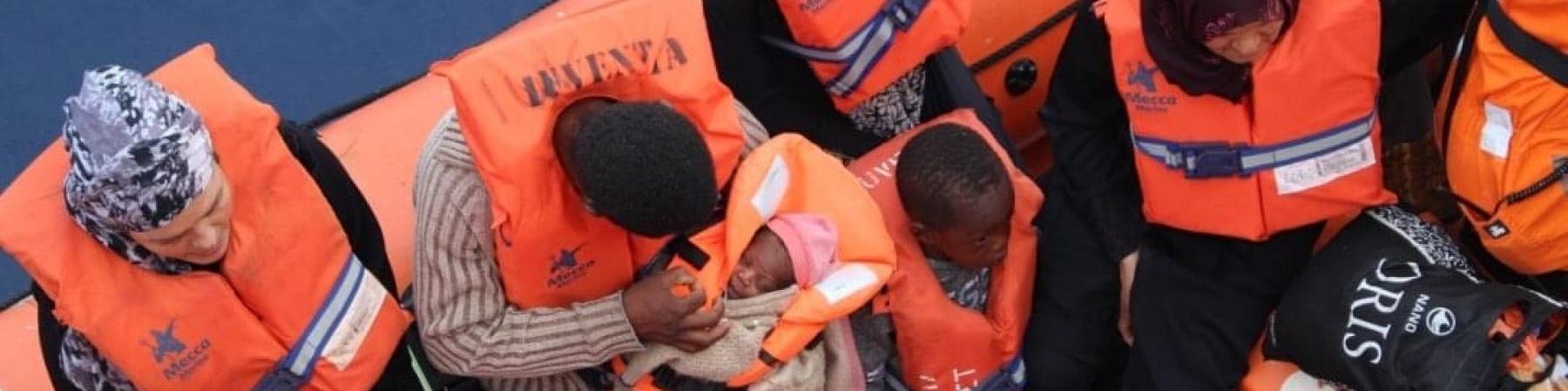 migranti-su-barca-in-mare