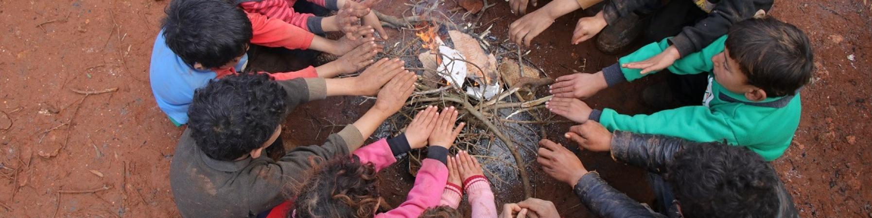 bambini attorno a un fuoco