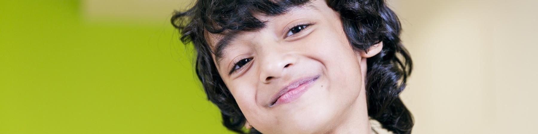 Bambino sorridente in primo piano
