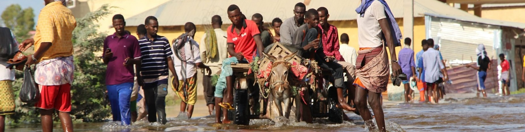 popolazione somala ripresa durante la fuga da un'indozione