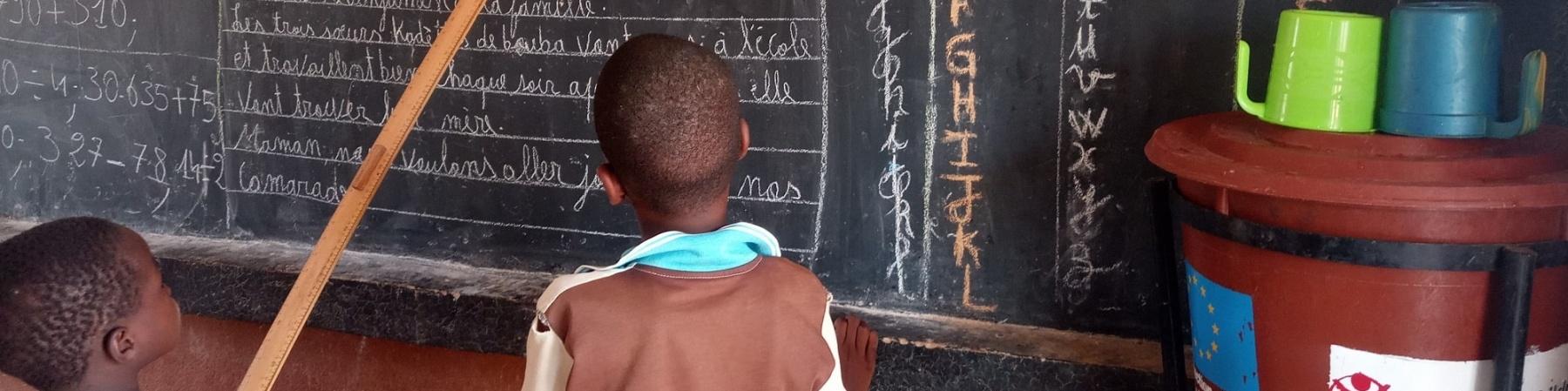 Alunni del centro di apprendimento finanziato dall'UE a Mopti, che si concentra sull'apprendimento accelerato per i bambini che vivono in contesti di emergenza.
