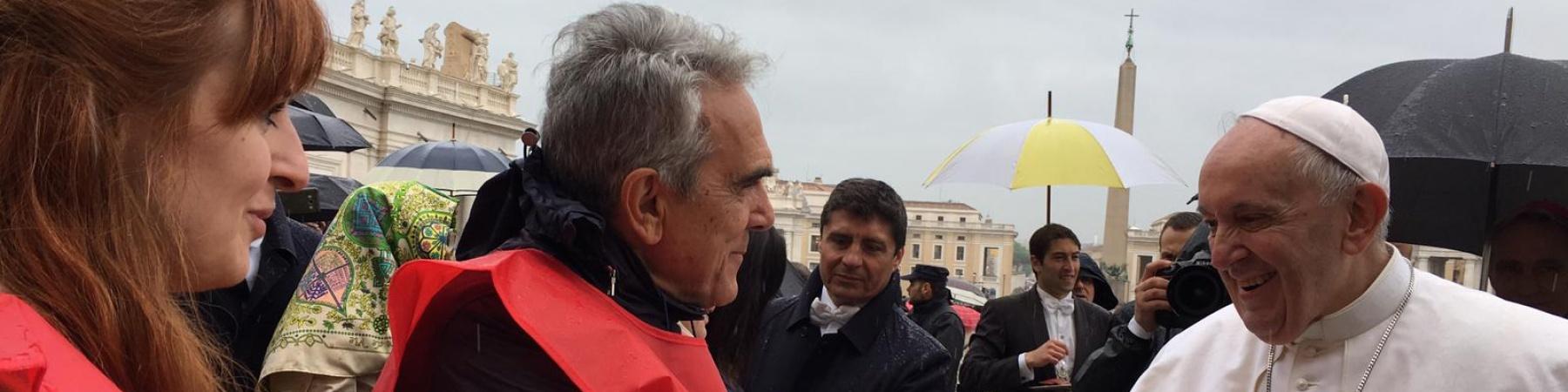 Papa Francesco stringe la mano al Direttore Generale Valerio Neri in Piazza San Pietro a Roma