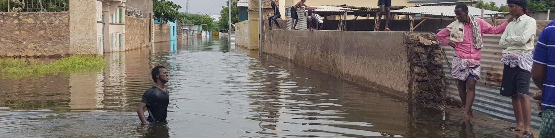 Ragazzo somalo cammina in strada completamente allegata