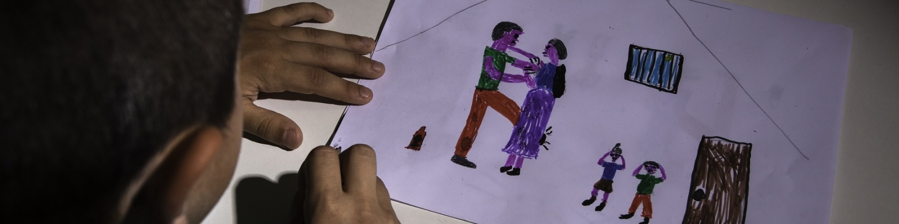 bambino disegna un episodio di violenza assistita in casa