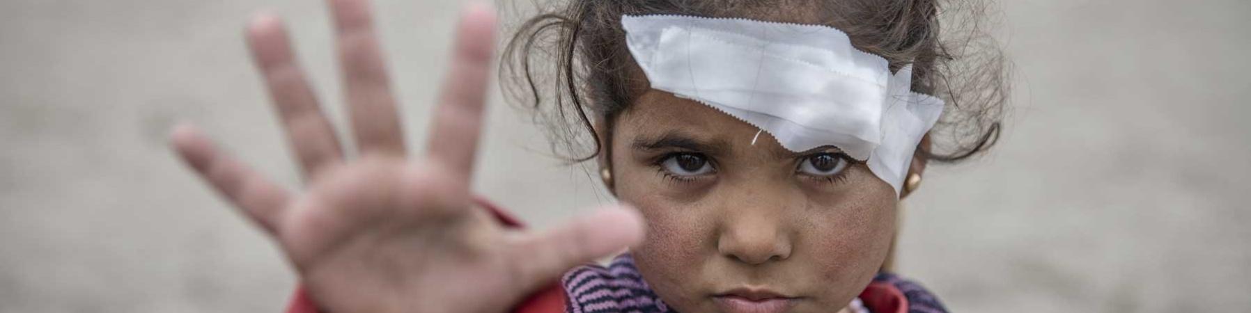 bambina ferita con benda