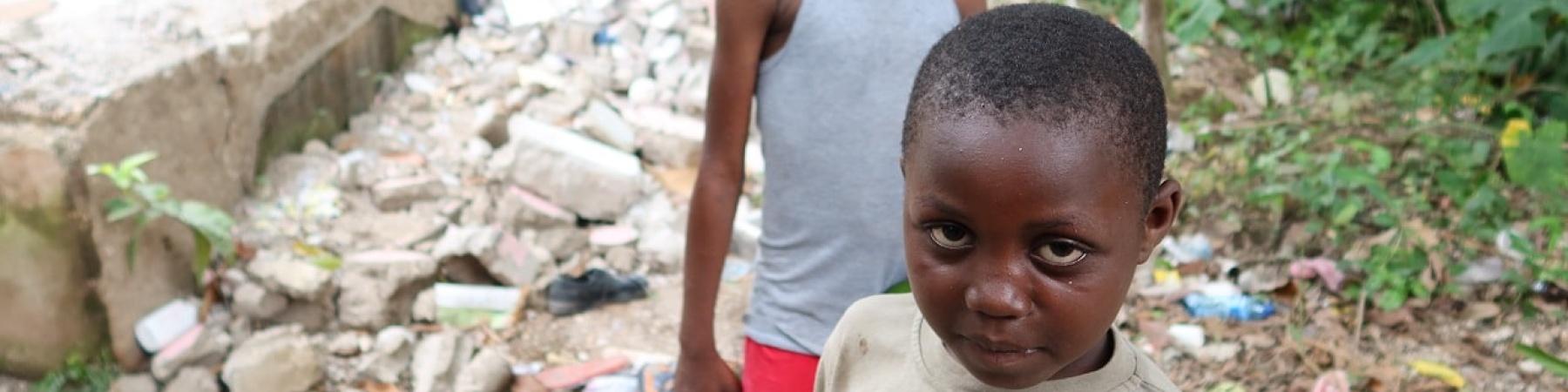 2 bambini vicino alle macerie del terremoto di Haiti in agosto 2021