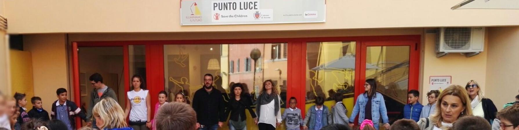Gruppo di ragazzi davanti al Punto Luce di Ancona