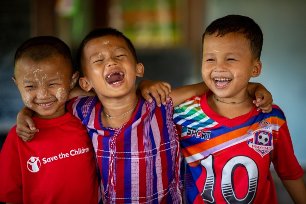 bambini del Myanmar si abbracciano e ridono felici
