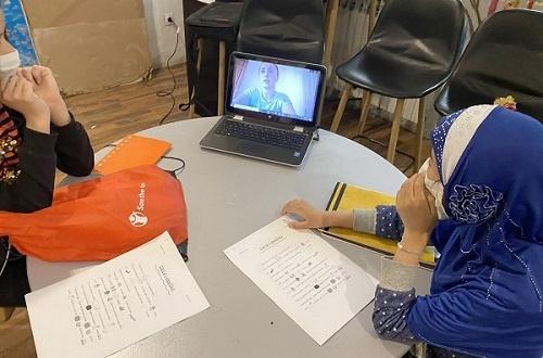 Ragazze in Bosnia seguono una lezione a distanza