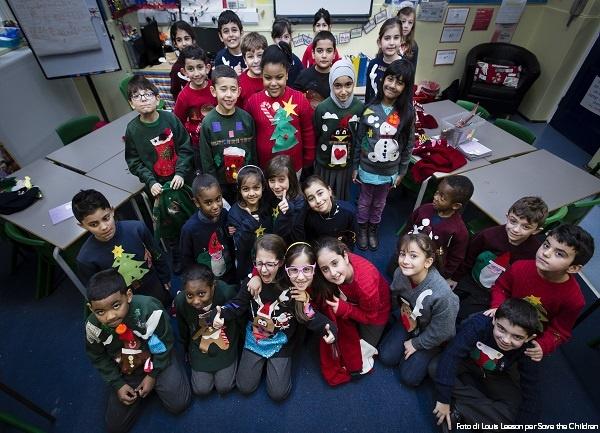 gruppo-di-bambini-con-il-maglione-natalizio