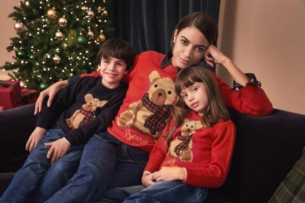 Christmas Jumper Day, Elodie e due bambini con il loro maglione natalizio
