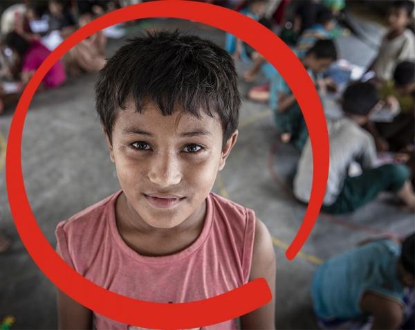 bambino in primo piano in piedi con circle rosso intorno