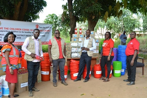 Gli operatori e lo staff di Save the Children in Malawi