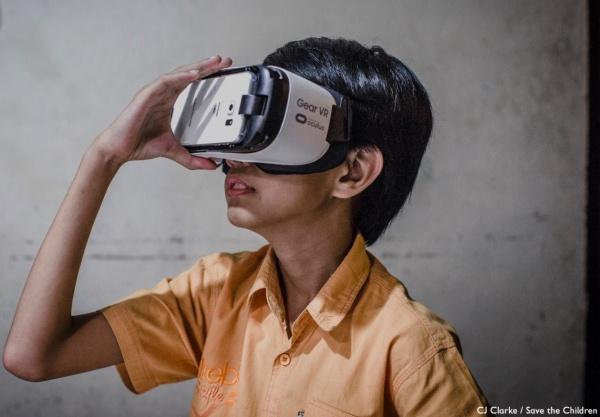bambino che indossa un visore per la realtà aumentata