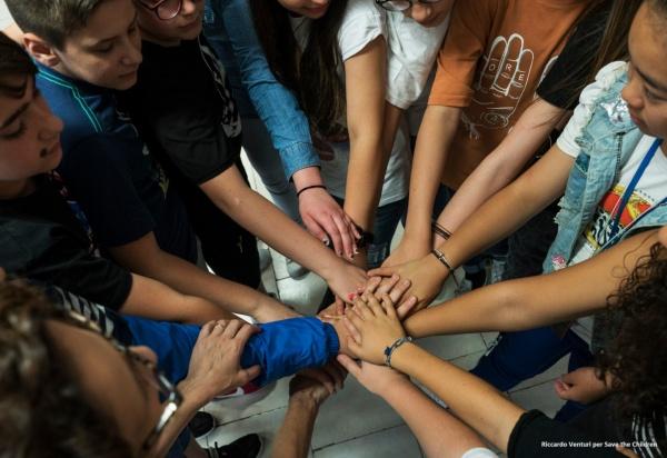 mani e braccia di ragazzi che si incrociano una sull altra