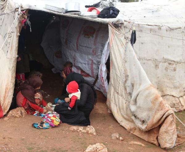 famiglia siriana in un campo profughi