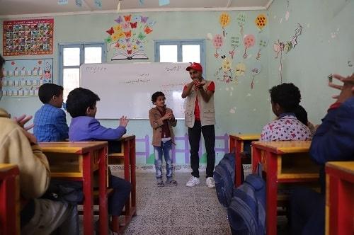 Un operatore spiega ad una classe di bambini come lavarsi correttamente le mani per prevenire il contagio di Covid-19