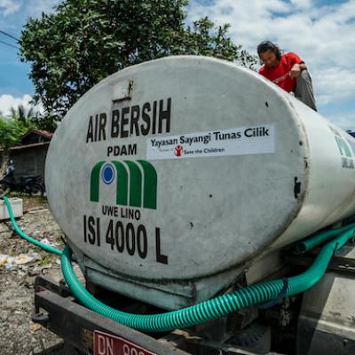 Un camion per la distribuzione di acqua pulita offerto da Save the Children