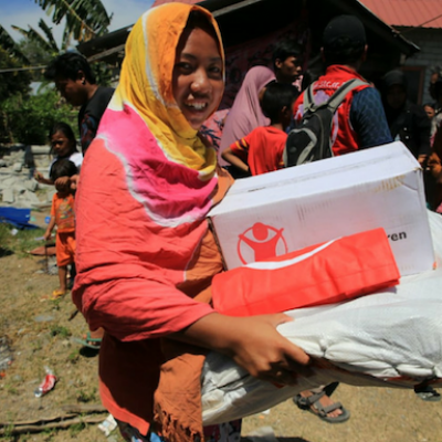 Una donna riceve il kit igienico sanitario da Save the Children