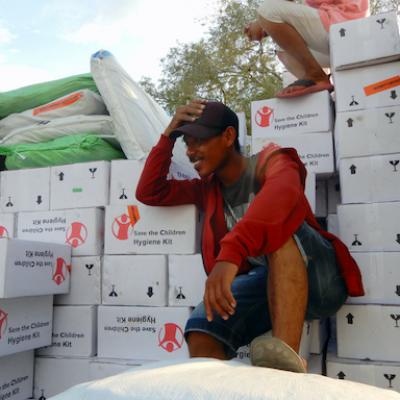 Un operatore addetto alla distribuzione di kit igienico sanitari