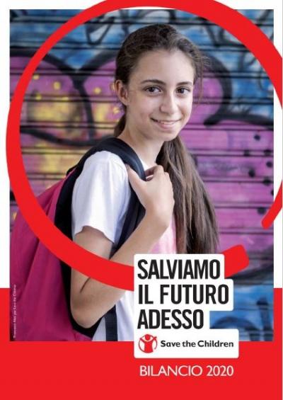 copertina del bilancio 2020 di Save the Children Italia, sullo sfondo una bambina con zaino in spalla mentre va a scuola