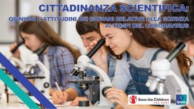 ragazze e ragazzi che guardano attraverso dei microscopi in un aula di scuola