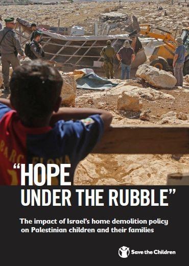 copertina del report speranza sotto le macerie con foto di un bambino di spalle che guarda verso una zona demolita
