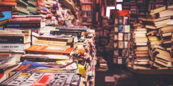 stanza piena di libri colorati impilati
