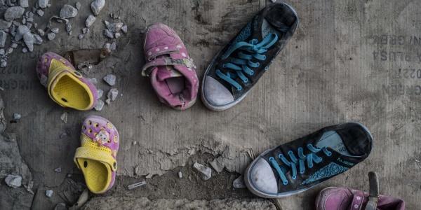 Scarpe vecchie di bambini abbandonate sul terreno