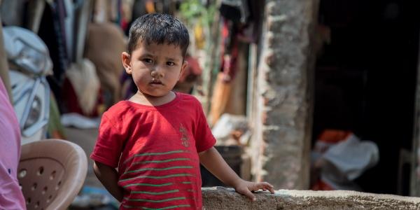 bambino-rohingya-maglietta-rossa