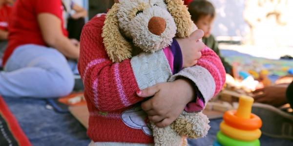 bambina-abbraccia-peluche-tra-le-braccia