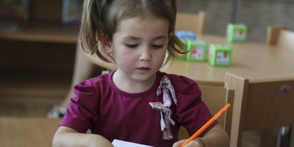 bambina-bionda-codini-colora-con-matita