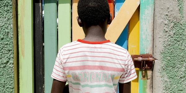 bambino africano di spalle in inquadratura a mezzo busto