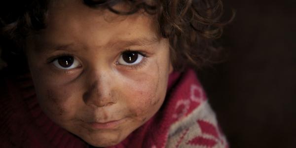 primo piano bambina siriana
