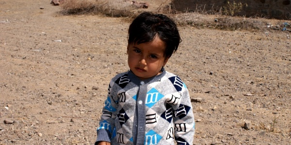 bambino-yemenita-3-anni-in-piedi-frontale