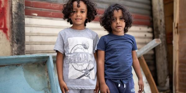 Due bambini libanesi in piedi davanti alla loro casa danneggiata dall esplosione avvenuta a Beirut