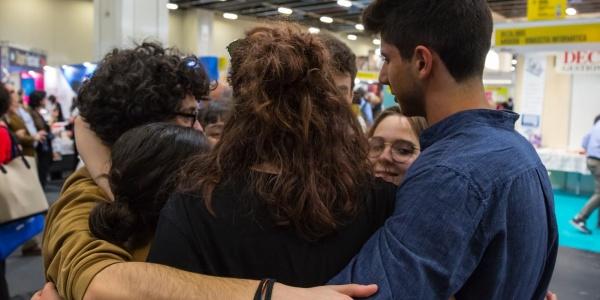 Ragazzi adolescenti si abbracciano in cerchio