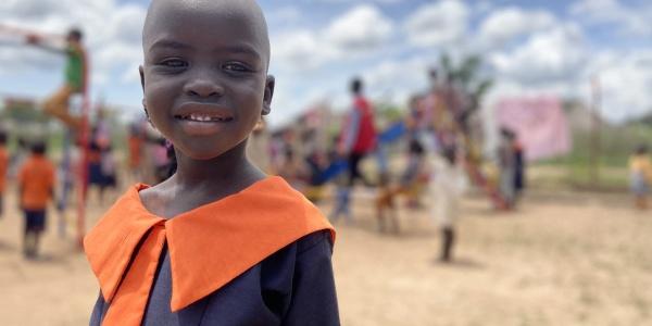 mezzo busto bambina ugandese sorridente con divisa scolastica