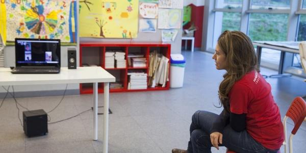 operatrice staff di save the children Italia al Punto Luce attività di didattica a distanza