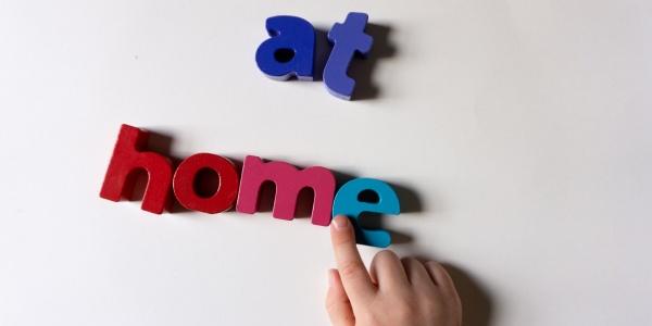 lettere magnetiche che formano la scritta at home