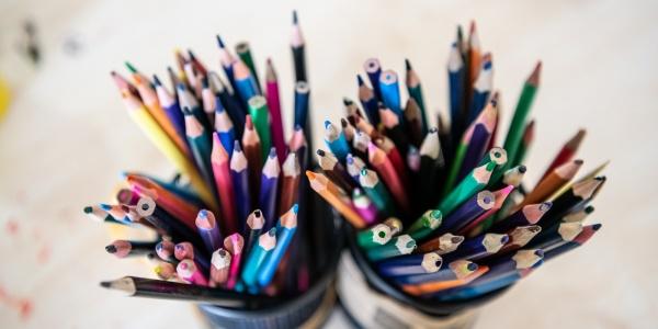 due porta matite con pastelli colorati