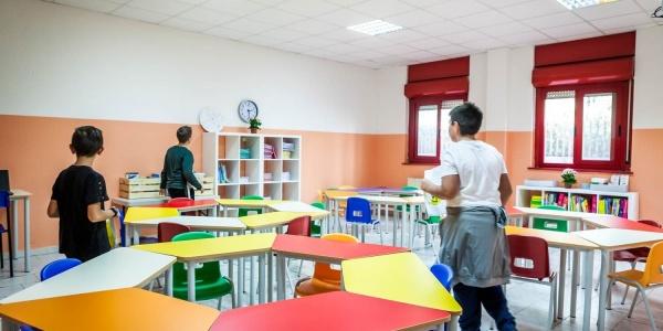 3 ragazzi in aula disposta secondo il metodo della didattica aperta