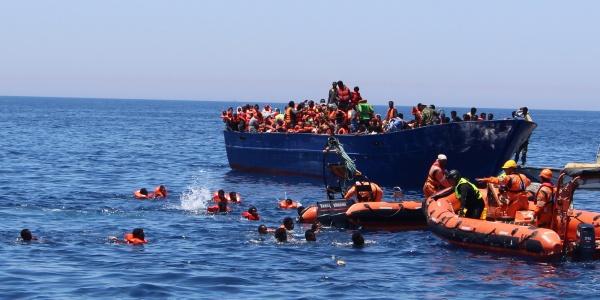 Nave nel Mediterraneo affiancata da gommone di salvataggio