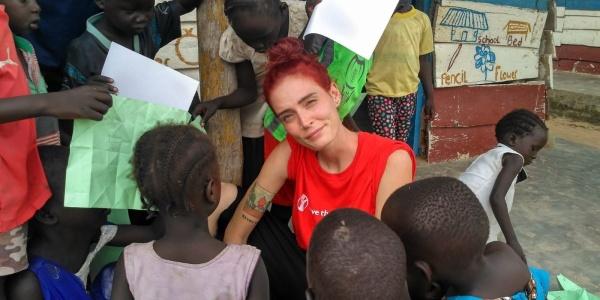 La web star LaSabri in visita a uno dei progetti di Save the Children in Uganda gioca con i bambini in un child friendly space