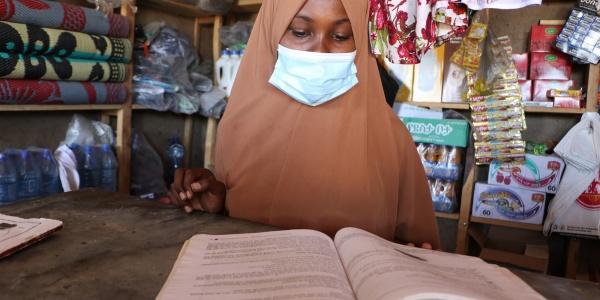 Bambina che studia durante la pandemia da Covid-19