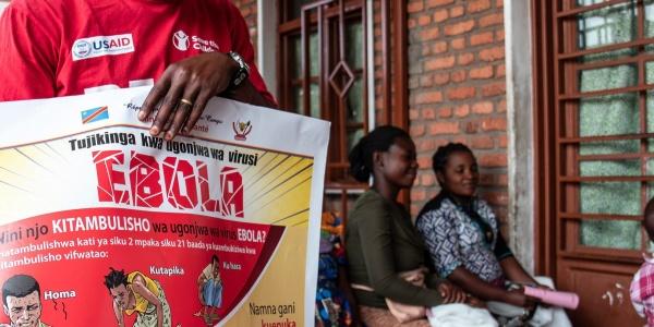 operatore-sensibilizza-su-ebola-comunità-congo