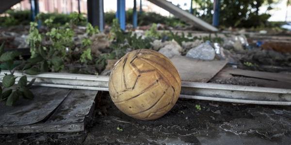 Primo piano pallone da pallavolo in luogo degradato