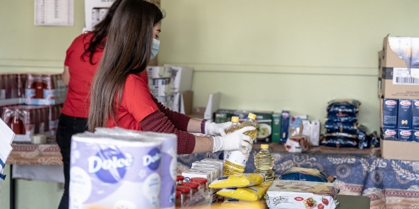 operatrice save the children raccoglie spesa per famiglie in difficoltà durante emergenza coronavirus