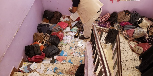 operatore-save-the-children-di-spalle-in-edificio-yemen